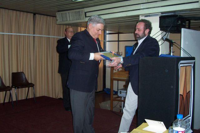 006 - Plaqueta de reconocimiento por su aporte a la Cultura Nacional a Esteban De Lorenzi por parte de ADiMRA. Entrega el Lic. Vairo,