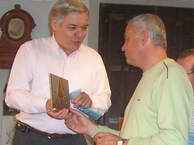 """2007-11-10. REUNIÓN REGIONAL CENTRO """"B"""" EN SAN CARLOS CENTRO.  Dr. De Lorenzi hace entrega al Intendente Ing. Jorge Polacenzotti de una plaqueta."""