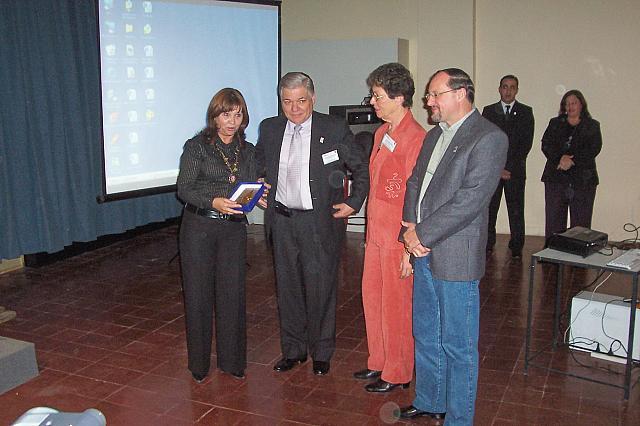 2008-08-28 - XXXIII ENCUENTRO ADIMRA.  Dip. Mastrandea recibe una plaqueta por parte  de las autoridades de la Asociación. Resistencia.