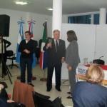 021 - Entrega de un presente a la Secretaria de Cultura  María Alicia Dovalpor parte de Esteban De Lorenzi.