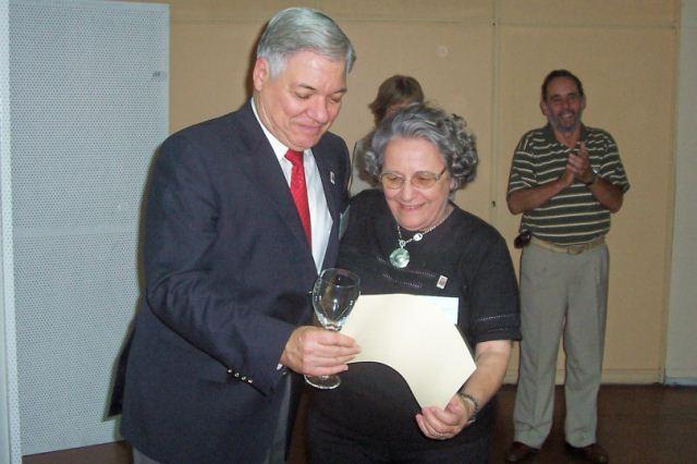025 - Entrega de distinción a Ana María Mujica.