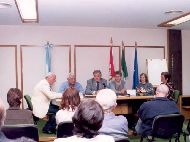 2001-04-27. ASAMBLEA. EL TREBOL. Darío Astegiano, Ángel Rossi (Intendente de El Trébol), Esteban De Lorenzi, Olga Nazor, Rosana Giraudi, María Julia Rodríguez y delegados.