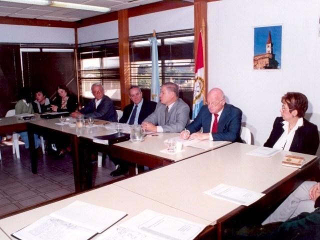 2002-04-20 - ASAMBLEA. EL TREBOL. Soledad Rosso, Mario Amurri, Rosana Giraudi, Norberto Ponisio, Manuel María Irigoyen, Esteban De Lorenzi, Darío Astegiano y María Julia Rodríguez.