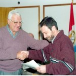 2003-05-10. ASAMBLEA. EL TREBOL. Entrega A. Rossi a Clauio Filiacci 1º Mención Concurso Logotipo de la Asociación.