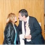 2003-05-10. ASAMBLEA. EL TREBOL. Entrega J. Rayón a Carina Stroppa. Obra de arte de su autoria. Ganadora Concurso Logotipo de la Asociación