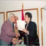 2003-05-10. ASAMBLEA. EL TREBOL. Eva de Rosenthal entrega un reconocimiento al Intendente Angel Rossi (El Trébol).