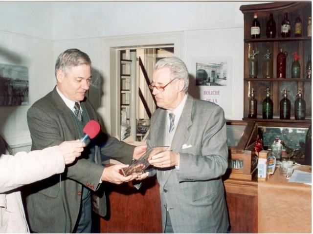 2003-08-28. ACUERDO ICOM, ADIMRA, MUSA Y ASOCIACION. Dr. Esteban De Lorenzi entrega al Dr. Héctor Arena (ICOM) distintivo Asociación.