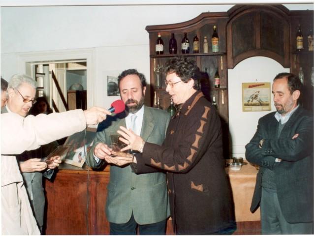 2003-08-28. ACUERDO ICOM, ADIMRA, MUSA Y ASOCIACION. Prof. Eva G. de Rosenthal entrega al Lic. Carlos Vairo (ADIMRA) distintivo Asociación.