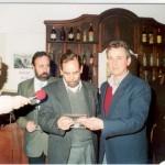 2003-08-28. ACUERDO ICOM, ADIMRA, MUSA Y ASOCIACION. Téc. Francisco Avarucci entrega al Lic. Alberto Elicetche (MUSA) distintivo Asociación.