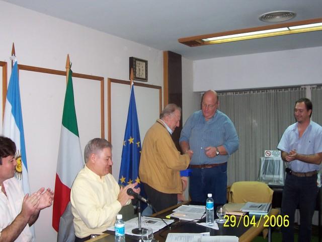 2006-04-29. ASAMBLEA. EL TREBOL. Entrega distintivo. Fernando Almada (Intendente), Esteban De Lorenzi, José Cercchio (Pte. Soc. Italiana de Ss. Ms.), Marcelo Zaeta y Diego Fontanesi.