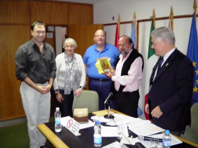 2012-4-23. DISTINCIÓN AL DIR. PCIAL. DE MUSEOS