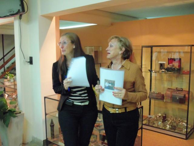 2013-03-16 - HOMENAJE DR. HAIEK. ENTREGA PRESENTE A LA SRA. NORA SILVESTRINI DE HAIEK. MUSEO MEDICO STA. FE
